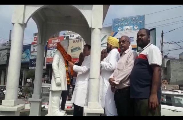 choudhary santokh singh while paying homage in the birth