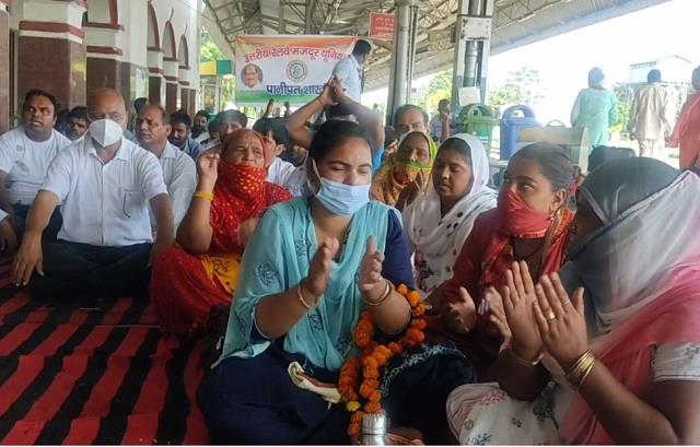 railway employees protest against privatization