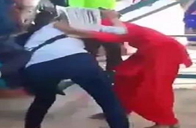 2 girls fighting for a boyfriend