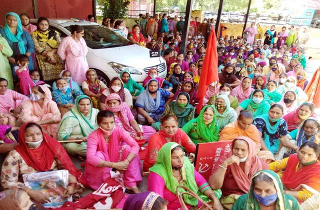 demonstration of anganwadi and mid day meal workers union in una