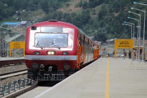 rail service suspend on second day in kashmir