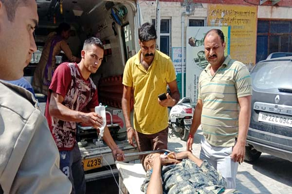 PunjabKesari, Injured Youth Image
