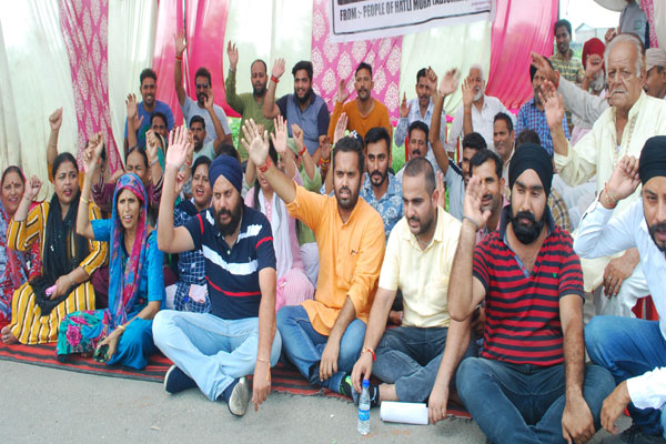 corporators of kathua protest againts no evelopment in kathua