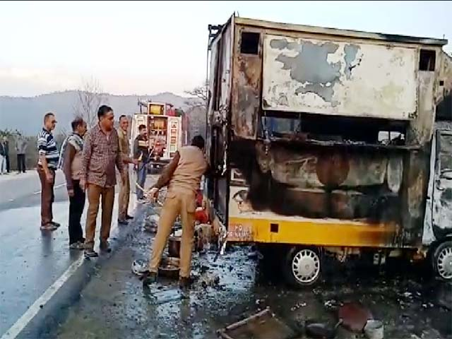 PunjabKesari, Burned Fast Food Van Image