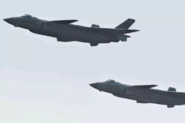 chinese fighter jet flying near the border