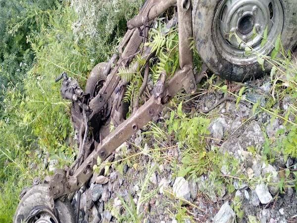 1000 मीटर गहरी खाई में गिरे वाहन के उड़े परखच्चे, 2 की मौत