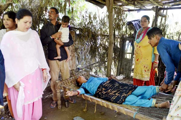 PunjabKesari, Unconscious Woman Image