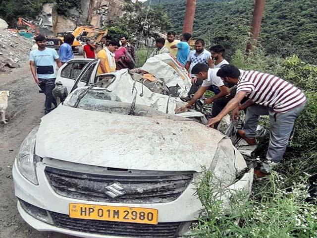 PunjabKesari, Crushed Car Image